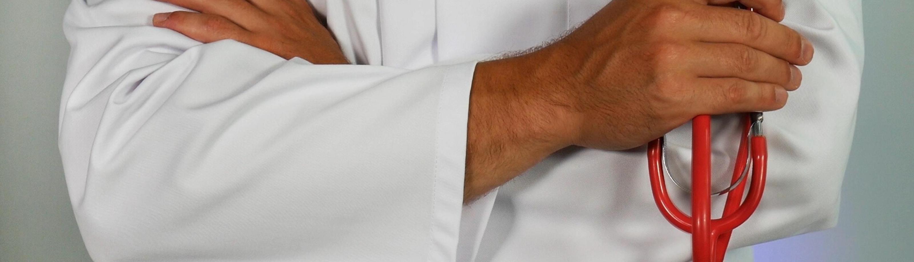 Medici dokter met armen over elkaar